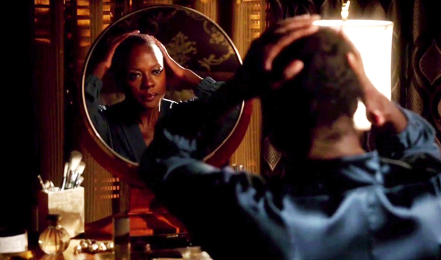 De scène die Viola Davis haar Emmy-nominatie oplevert: pruik eraf, make-up eraf © screenshot How To Get Away With Murder